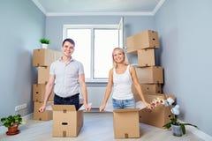 En lycklig familj har gyckel i en ny lägenhet hemma arkivfoto