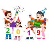 En lycklig familj med deras barn firar nytt år med partiet royaltyfri illustrationer