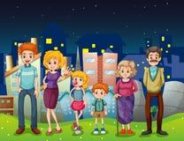 En lycklig familj nära de högväxta byggnaderna i staden Royaltyfri Foto