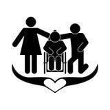 En lycklig familj, släktingar tar omsorg av en äldre rörelsehindrad person Arkivfoton