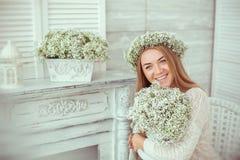 En lycklig flicka grinar över hela hennes framsida royaltyfri foto