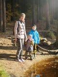 En lycklig mamma med två barn royaltyfria foton