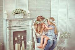 En lycklig moder kysser handen av hennes dotter Royaltyfri Foto