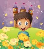En lycklig pojke framme av slotten på bergstoppet Arkivbilder