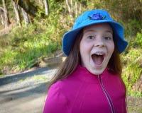 En lycklig upphetsad flicka som tar en gå Arkivbilder