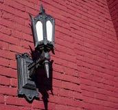 En lykta på en röd vägg royaltyfri bild