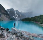 En lynnig afton på morän sjön i den Banff nationalparken arkivbild