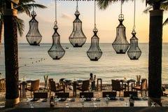 En lyxig sjösidarestaurang i aftonen Royaltyfri Bild
