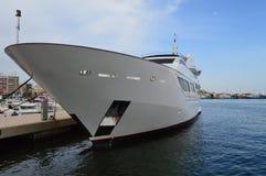 En lyxig yacht bland fiskeflottan Fotografering för Bildbyråer