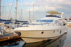 En lyxig yacht på yachtklubban Royaltyfri Bild
