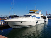 En lyxig yacht på yachtklubban Royaltyfri Fotografi