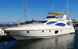 En lyxig yacht på yachtklubban Arkivfoton