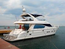 En lyxig yacht på yachtklubban Royaltyfri Foto