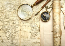 En mässingskompass på en gammal översiktsbakgrund Arkivbilder