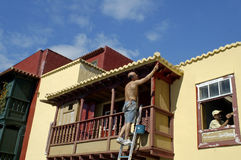 En målare målar ett hus i Santa Cruz Royaltyfri Foto