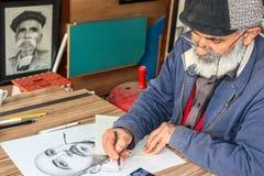En målare som drar bilder Arkivbild