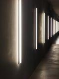En mörk korridor som tänds av vertikala lampor Arkivbilder