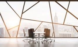 En mötesrum i ett ljust modernt panorama- kontorsutrymme med den New York City sikten Begreppet av den högt yrkesmässiga financie Arkivbilder