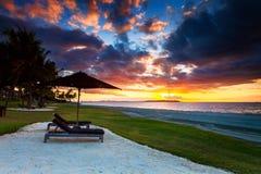 En magisk solnedgång i Fiji royaltyfri fotografi