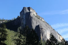En majestätisk klippa i den Yosemite nationalparken royaltyfria foton