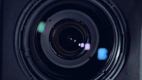 En makrosikt på en svart kameralins arkivfilmer