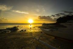 En Malapascua för Silueta alatarceder Kontur på solnedgången i Malapascua royaltyfri bild
