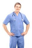 En male medicinsk praktiker i enhetligt posera Fotografering för Bildbyråer