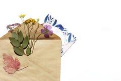 En mall med kuvertet, vykortet och blommor Royaltyfri Fotografi