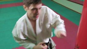 En man är praktiserande och göra karateövningar 4k arkivfilmer