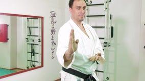 En man är praktiserande och göra karateövningar 4k stock video