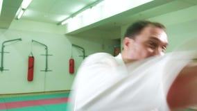 En man är praktiserande och göra karateövningar 4k lager videofilmer