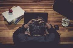 En man är stressad i arbetet royaltyfria foton