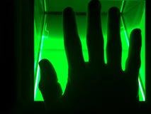 En man använder en fingeravtryckbildläsare för ID Kan användas för biometrics- eller cybersecuritybegrepp royaltyfria bilder