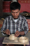 En man arbetar i en fabrik av lacquerware Royaltyfria Bilder
