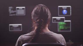 En man arbetar på en dator Han är en programmerare eller en en hacker På bildskärmen mycket programvarutangenter 4K långsam mo stock video