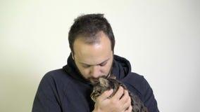 En man att bry sig - något liknande en Kitten On Him Lap stock video
