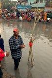 En man ber i vatten av floden Arkivfoto
