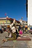En man ber till den Jokhang templet i den Barkhor fyrkanten, Lhasa Tibet Fotografering för Bildbyråer