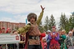 En man dansar en Bashkir dans i nationell klänning royaltyfri foto