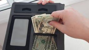 En man drar ut tjugo dollar räkning royaltyfria bilder