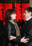 En man en vrouw die bevinden zich omhelzen Royalty-vrije Stock Fotografie