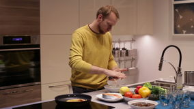 En man förbereder fiskbiffar lager videofilmer