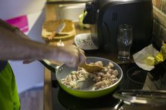 En man förbereder matställen, klipper lökar och ragukött ÑŽ fotografering för bildbyråer