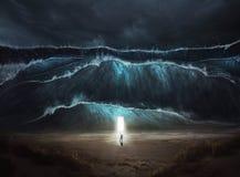 En man finner säkerhet i stormen royaltyfri bild