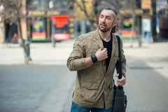 En man går ner gatan Royaltyfri Bild