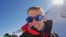 En man gör en selfie på sadeln av berg av Elbrus stock video