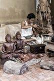 En man gör trähantverk i Indonesien arkivbild