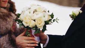 En man ger hans flickvän en härlig bukett av blommor close upp skjutit trevligt F?r?lskelse och familj stock video