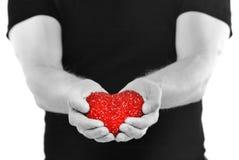 En man ger hjärtan royaltyfria foton
