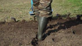 En man gräver en trädgård med en odlare arkivfilmer